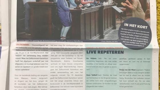 De speciale pagina over het Zaltbommels Kamerkoor onder leiding van Irene Maessen in de lokale krant. De koorleden vertellen over hun positieve ervaringen in de overgang van online naar live repeteren.